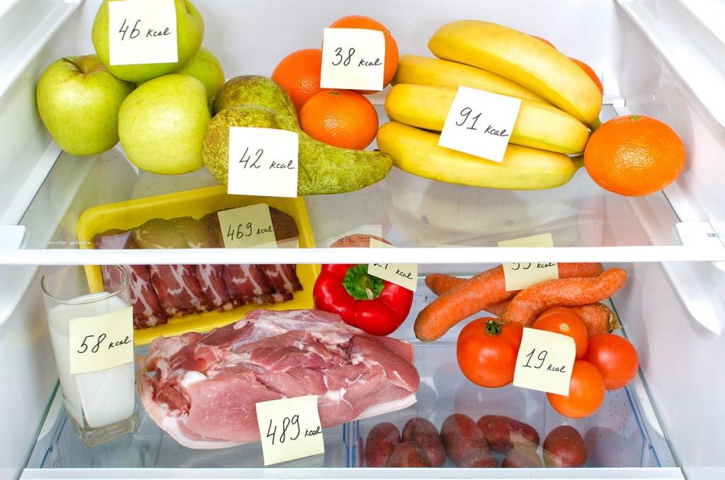 Продукты-в-холодильнике-с-подписанной-калорийностью