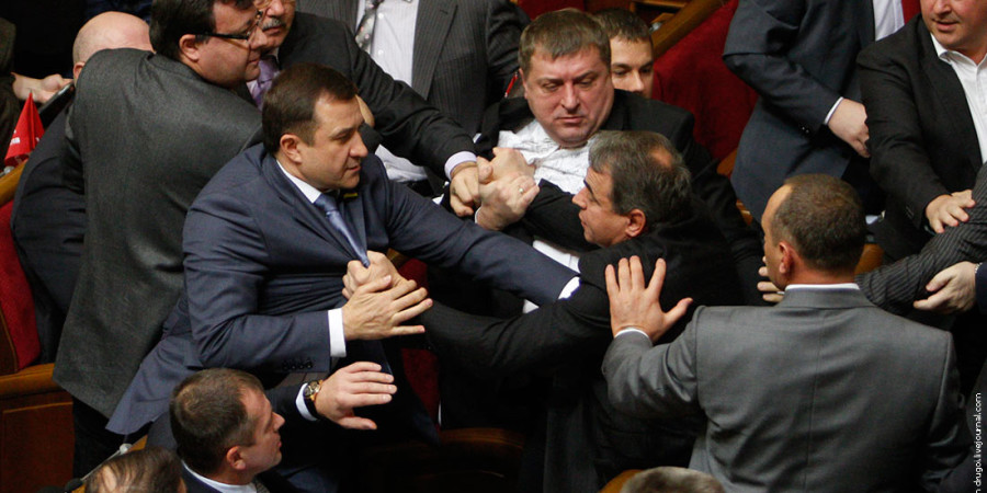 Parliament members scuffle over voting rules during the first session of the newly-elected Ukrainian parliament in Kiev December 13, 2012. A session of Ukraine's new parliament collapsed amid chaos on Thursday when brawls erupted among opposition deputies and those of the ruling party over the election of parliamentary officials.  REUTERS/Anatolii Stepanov (UKRAINE - Tags: CIVIL UNREST POLITICS)