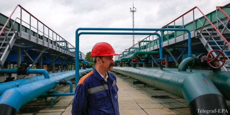 epa05368301 An employee takes part in an emergency training at an underground gas storage facility near Poltava, Ukraine, 15 July 2016.  EPA/ROMAN PILIPEY