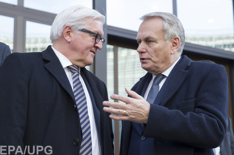 epa05162541 French Minister of Foreign Affairs and International Development Jean-Marc Ayrault (R) and German Foreign Minister Frank-Walter Steinmeier (L) talk while walking outside the European Council building where they were attending an European Foreign Affairs Council meeting, in Brussels, Belgium, 15 February 2016.  EPA/OLIVIER HOSLET