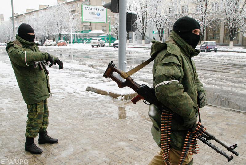 epa06343802 Armed men stand guard in a downtown of pro-Russian rebels controlled Luhansk city, Ukraine, 22 November 2017. An armored personnel carrier and a group of armed men without insignia took positions outside the headquarters of the former Ministry of Internal Affairs in the center of the pro-Russian rebels controlled city of Luhansk as news UNIAN agency report. On 20 November, the self-proclaimed leader of the so-called Luhansk People Republic (LPR), Igor Plotnitsky, dismissed the interior minister, Igor Kornet. In turn, Kornet refused to obey the order. TV broadcast and internet accesses were reportedly blocked across the city, according to local residents' postings on social networks.  EPA-EFE/ALEXANDER ERMOCHENKO